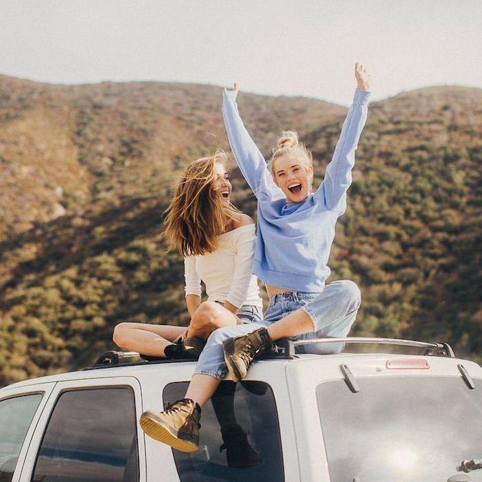 été tenue amies sur van robe elegante robe droite fluide pas moulante idée tenue vacances deux femmes sur la route