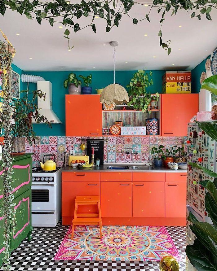 Plante verte, cuisine coloré style hippie, repeindre sa cuisine, maison quelle couleur pour une cuisine inspiration