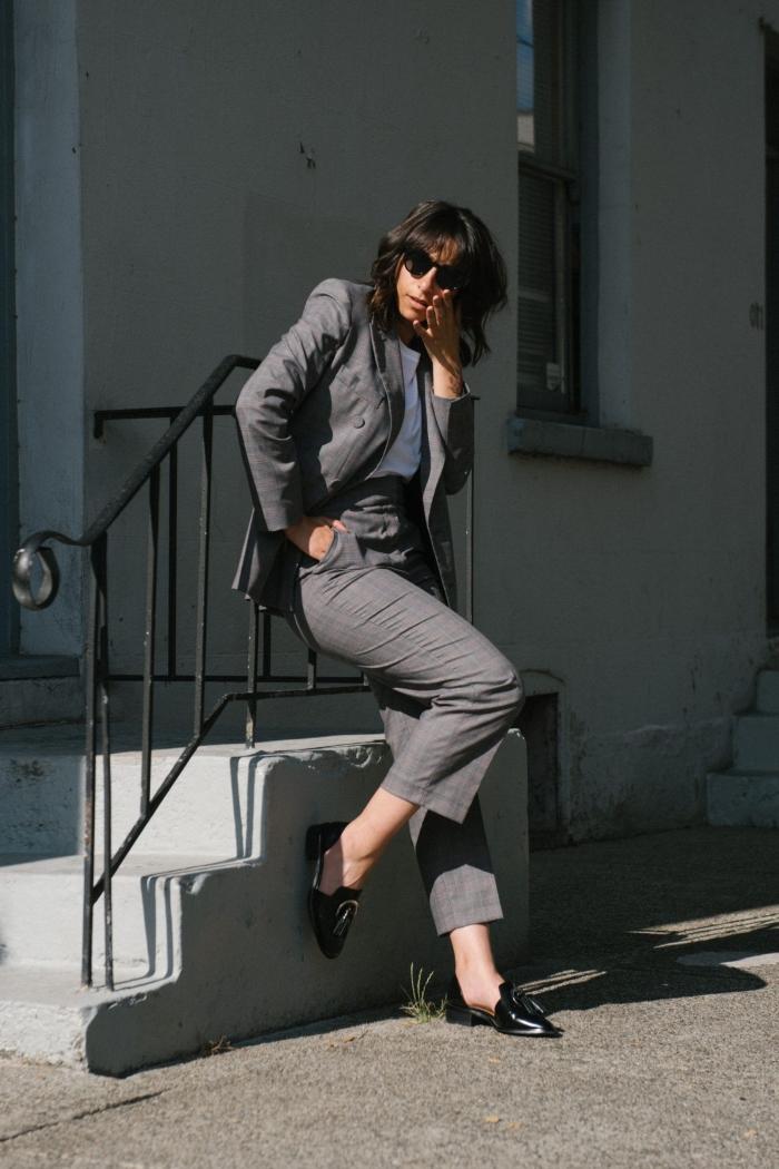 ensemble tailleur femme de couleur gris foncé avec blouse blanche et escarpins noirs, idée de tenue professionnelle femme