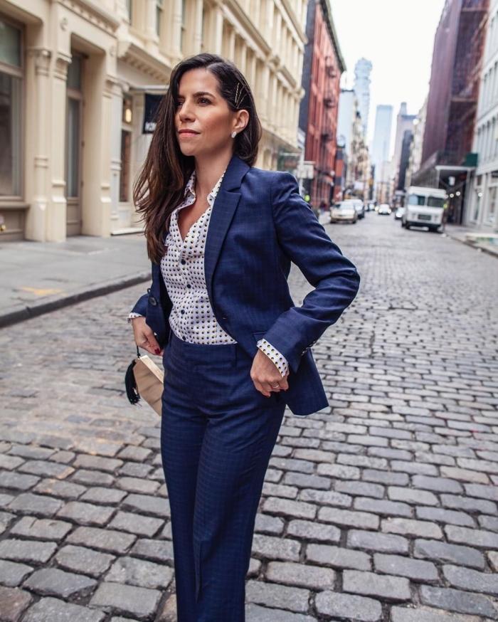 comment porter un ensemble veste pantalon femme de couleur bleu marine, idée de style vestimentaire au travail avec costume femme