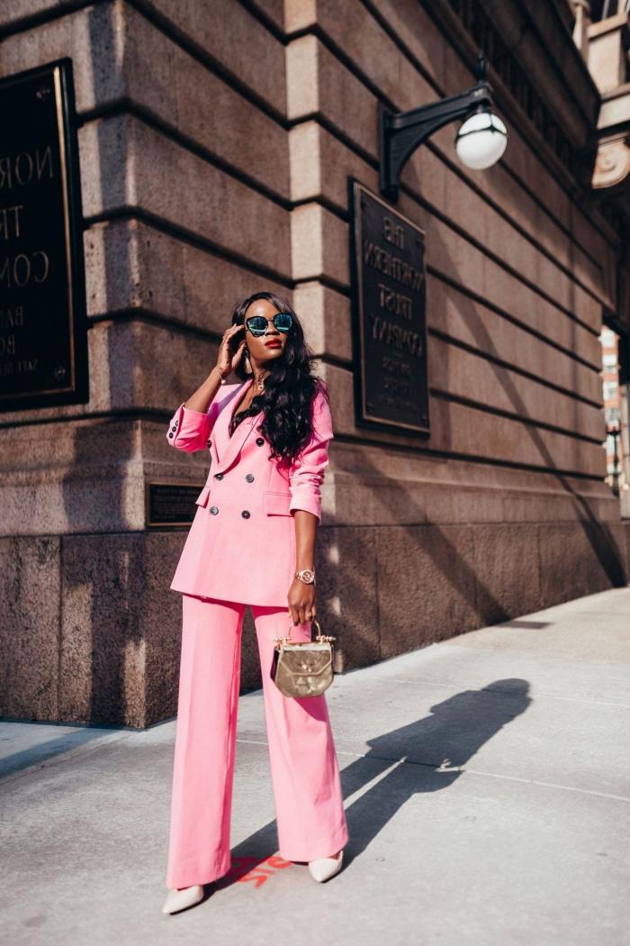 comment porter un tailleur pantalon femme pour cérémonie de couleur rose, idée de tenue femme stylée en costume rose