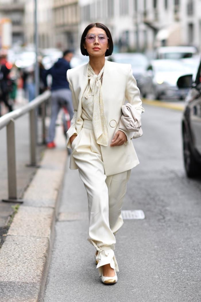 exemple de tailleur pantalon femme pour une tenue femme stylée, idée de tenue vestimentaire au travail avec costume blanc