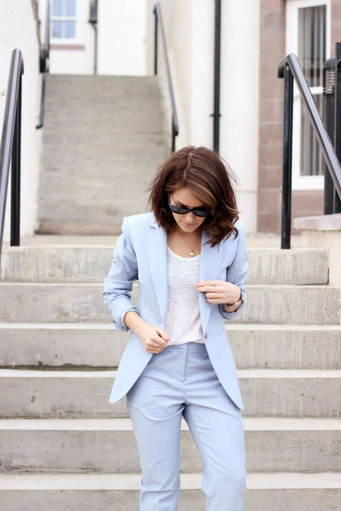 exemple de tailleur pantalon femme de couleur bleu pâle combiné avec débardeur blanc, idée de tenue casual smart pour femme