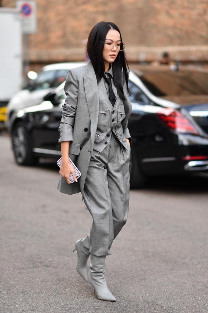 idée comment bien s'habiller femme chic et moderne avec un tailleur pantalon femme de couleur gris et chaussures hautes