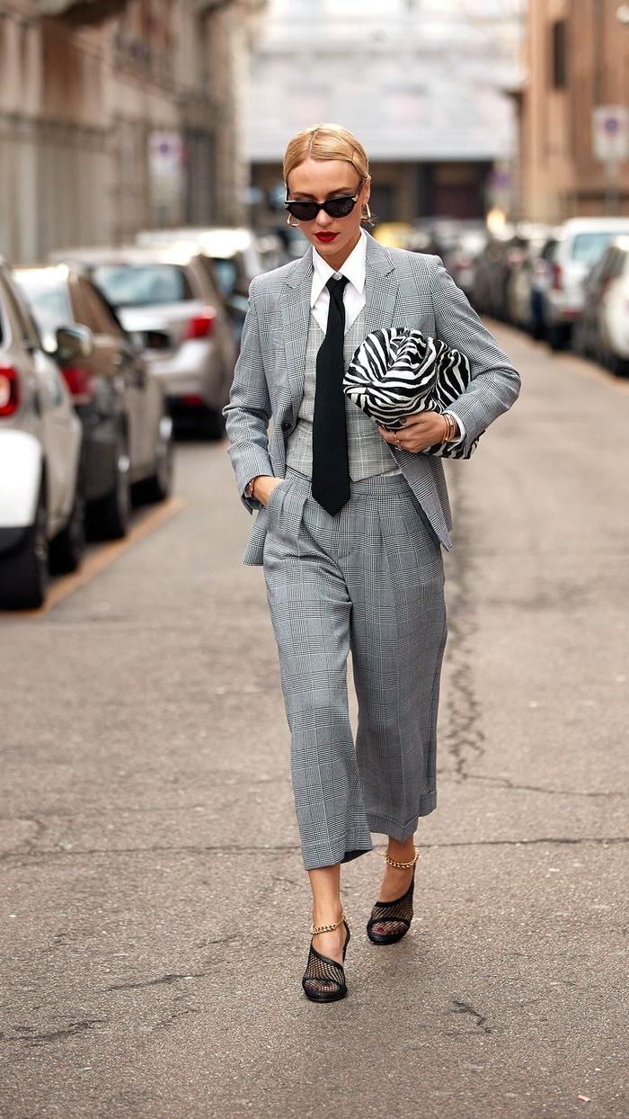 exemple comment porter un ensemble pantalon femme à trois pièces, tenue femme stylée avec costume gris et chemise blanche