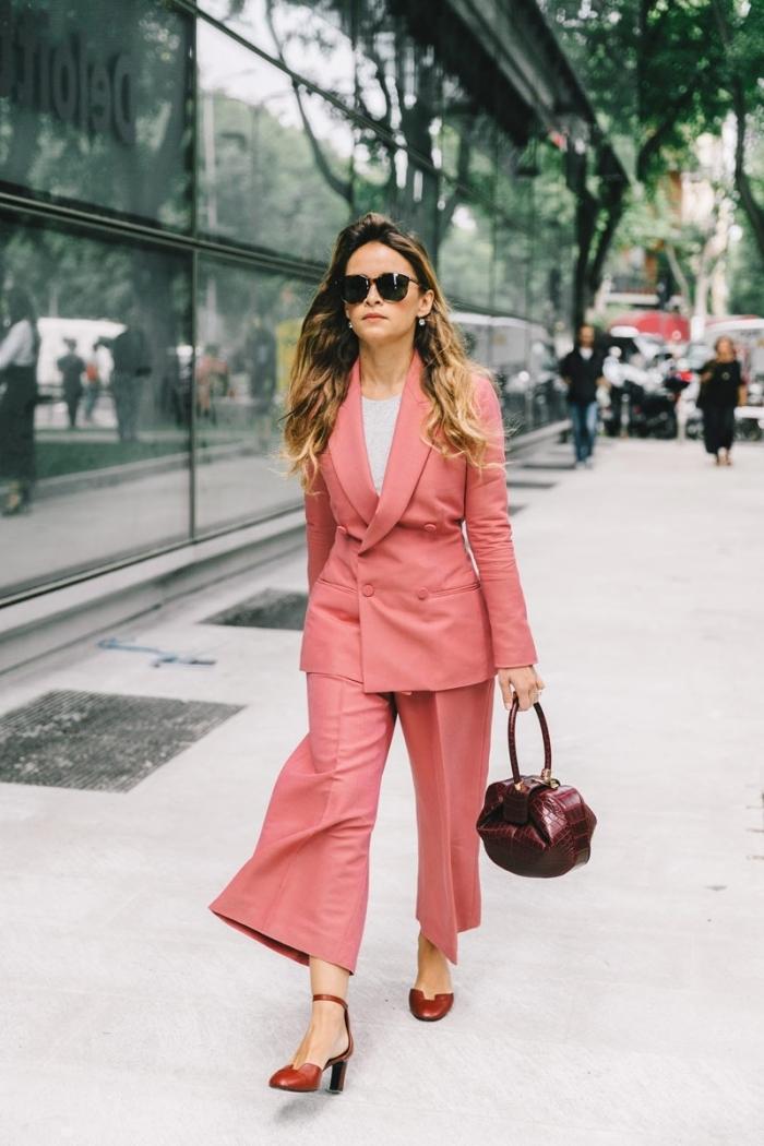 tenue femme chic et classe au travail avec un costume de couleur saumon et chaussures à talons, modèle de tailleur pantalon femme tendance