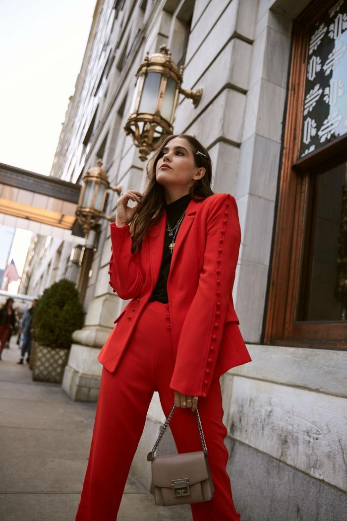tenue femme stylée avec costume rouge et pull noir, modèle ensemble tailleur femme de couleur rouge avec pantalon à taille haute