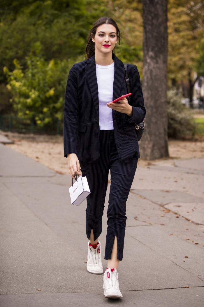 ensemble veste pantalon pour femme, look casual smart avec costume noir et baskets blanches, modèle ensemble tailleur femme pour une tenue vestimentaire au travail