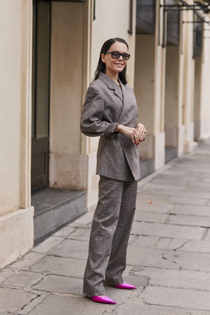 look femme stylée et chic avec tailleur pantalon femme de couleur grise assortie avec paire de chaussures pointues en rose