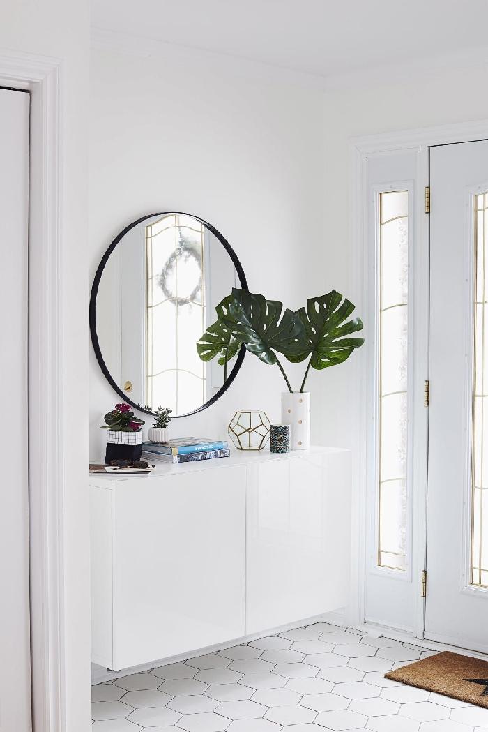 entrée maison décoration intérieure style minimaliste déco scandinave murs blancs carreaux motifs héxagonaux miroir rond noir