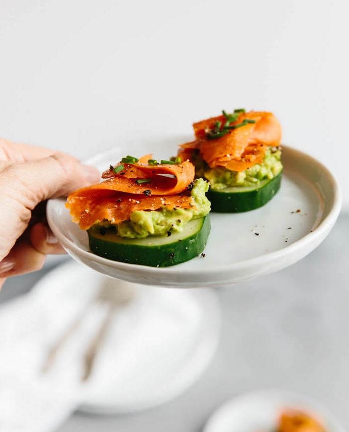 entrée légère et facile, idée de bouchée apéritive avec rondelle de concombre, mousse d avocat et saumon fumé