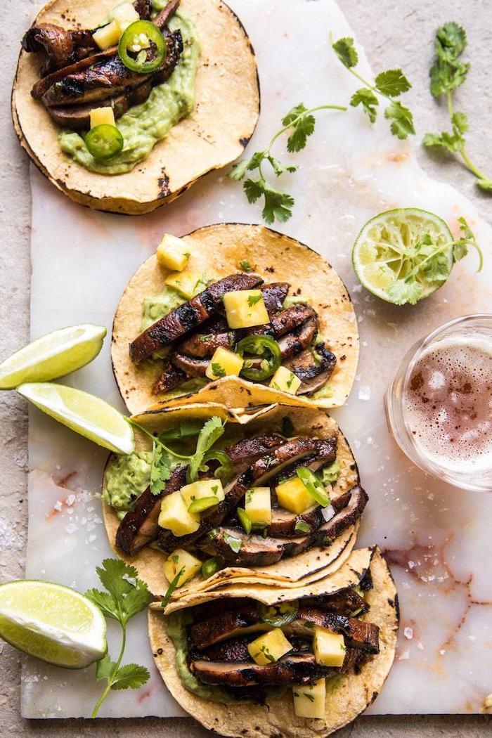 tacos maison simple avec des champignons, mousse d avocat et des dés d ananas sur une tortilla