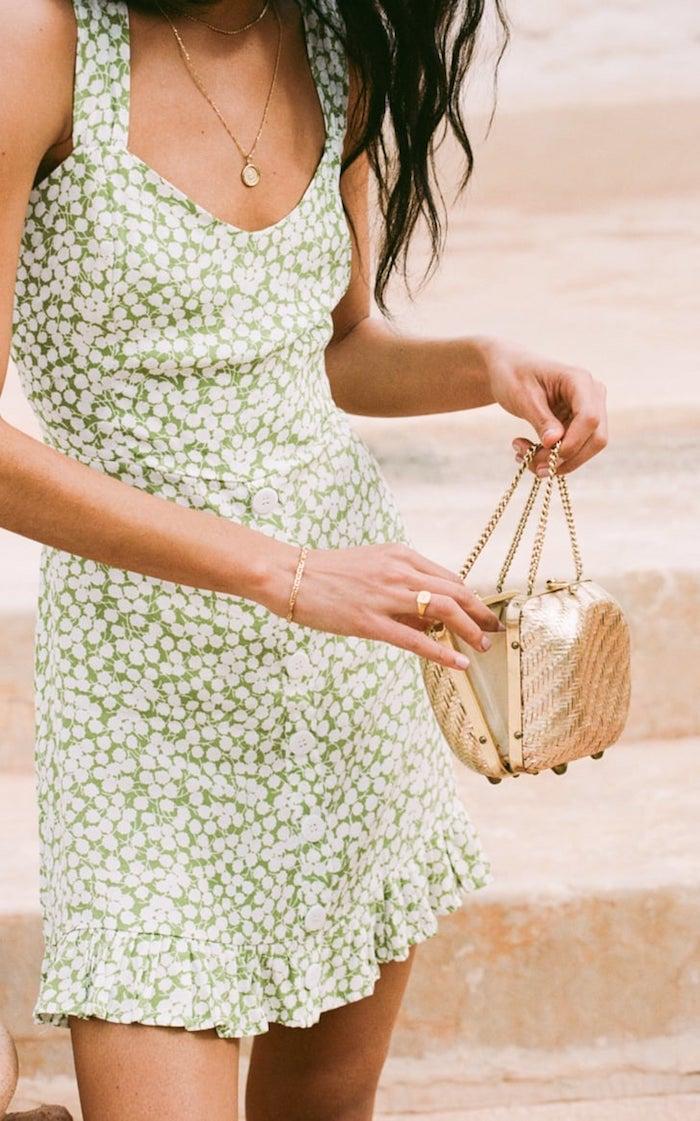 excellente tenue petite robe verte fleurie pochette doré robe droite fluide pas moulante robe longue femme ete idee tenue complete