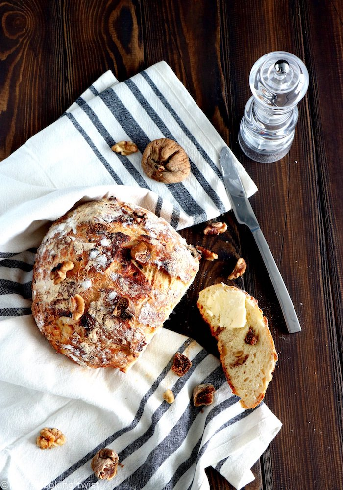 pâte à pain simple à base de farine de blé entier avec des ajouts de figues et des noix à l interieur