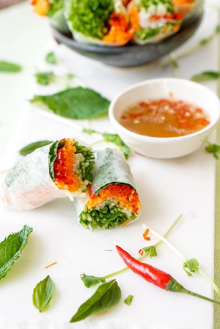 apero dinatoire froid, exemple de wrap apero avec feuilles de riz, poivrons, carottes, concombres, basilic et menthe