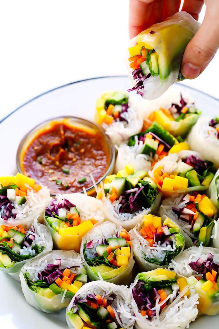 amuse bouche rapide pour apero, idee de rouleaux de printemps recette avec des nouilles, carottes, mangues, raddicchio et sauce