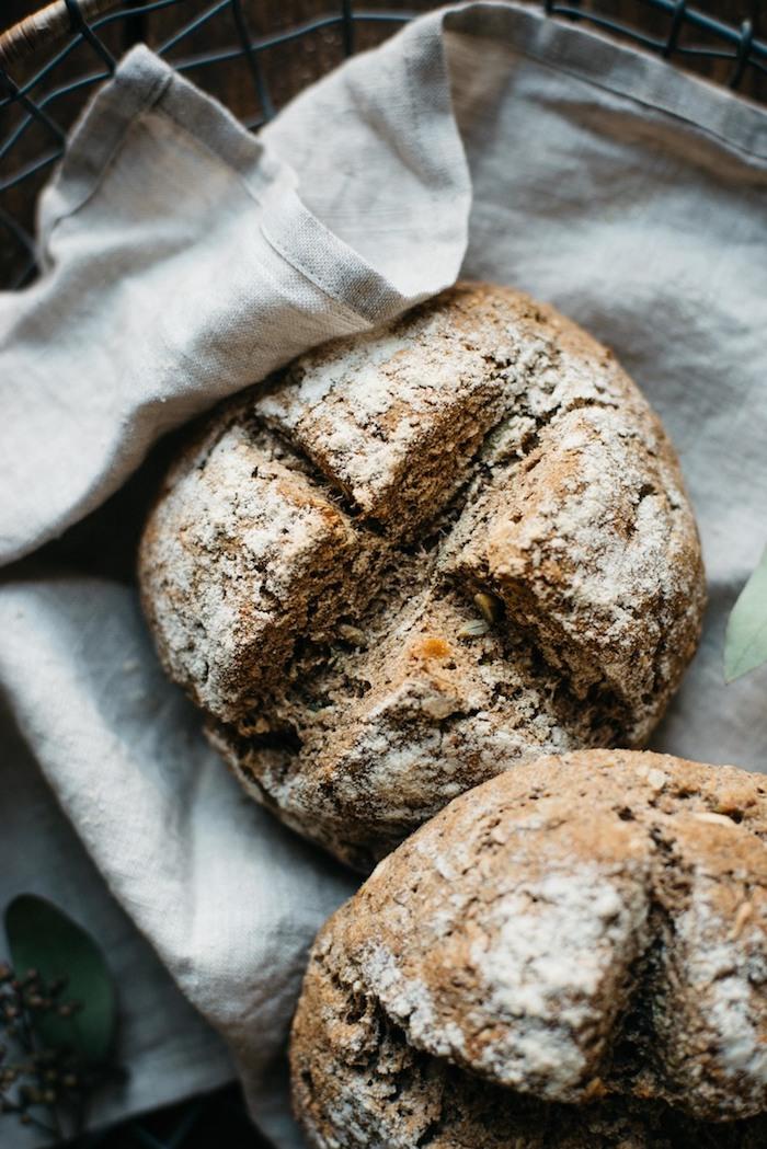 idée de pain aux céréales, comment faire du pain avec farine complète et des graines variées