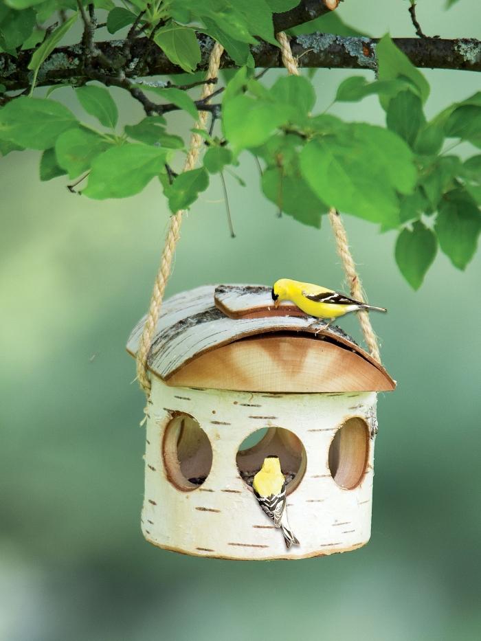 DIY mangeoire pour oiseaux facile à réaliser, modèle de nichoir pour oiseau fabriqué avec morceaux de bois et corde