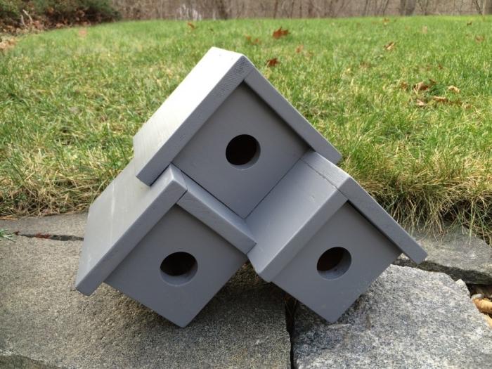 idée comment fabriquer un nichoir pour mésange avec trois sections, modèle de mangeoire fait avec planches de bois