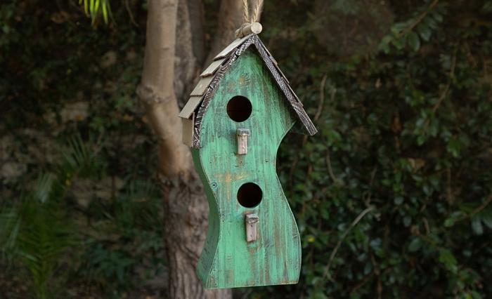 petite cabane a oiseaux en bois repeint en vert de style vintage, idée comment faire une déco de jardin avec mangeoire