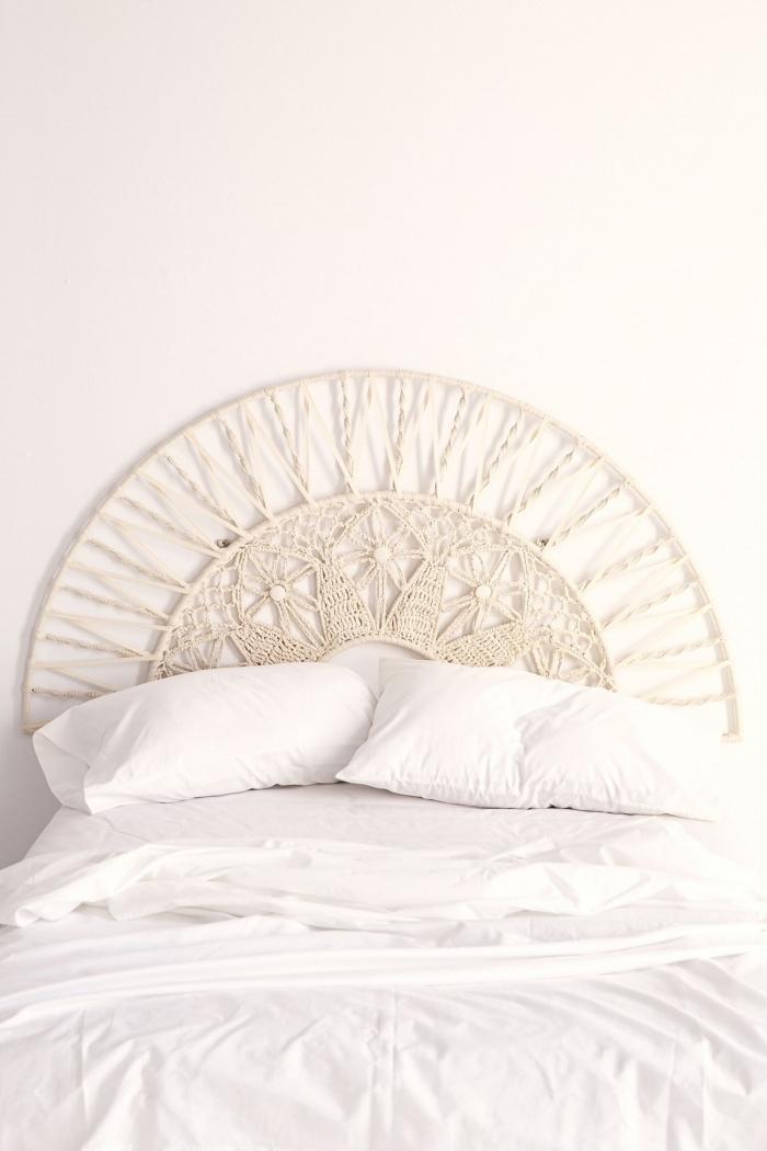 fabriquer une tete de lit de style bohème design chambre à coucher boho moderne décor minimaliste linge de lit blanc tête demi cercle macramé