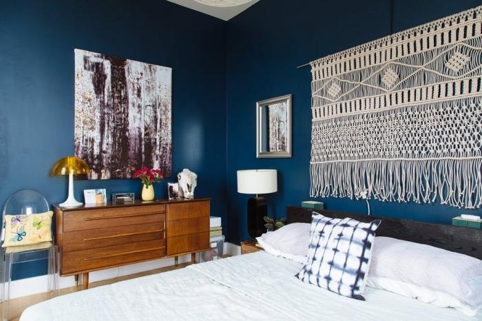 fabriquer une tete de lit en corde macramé idée peinture murale tendance bleu foncé chambre à coucher armoire bois lampe jaune et blanc
