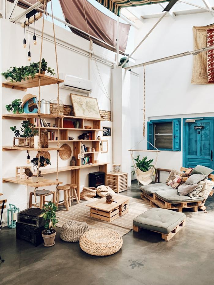 Utiliser l'espace verticale, étagères de rangement, comment faire de la place chez soi