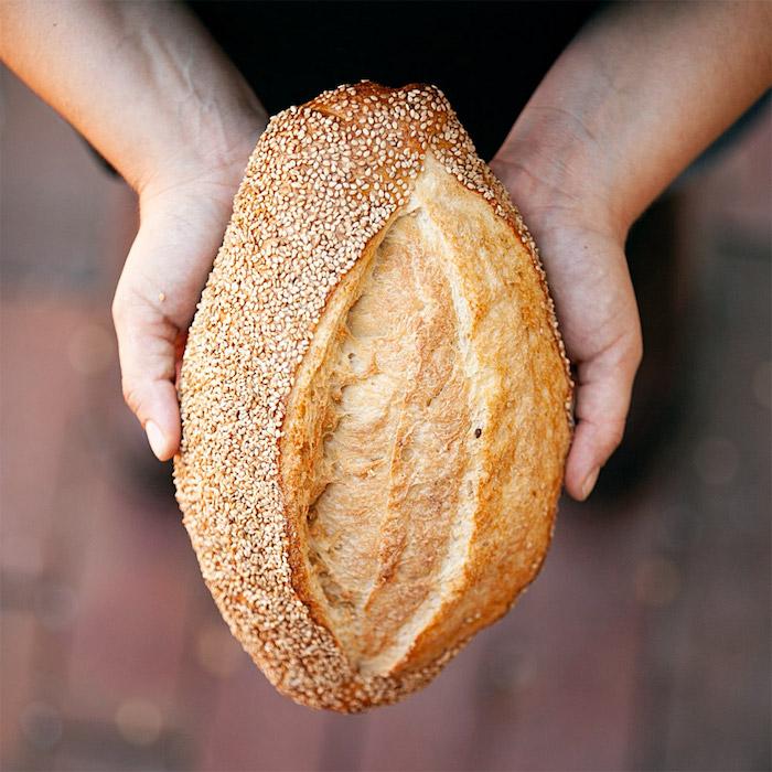 idee de pain semoule recette originale avec decoration de graines de sesame, comment faire pain sans farine blanche