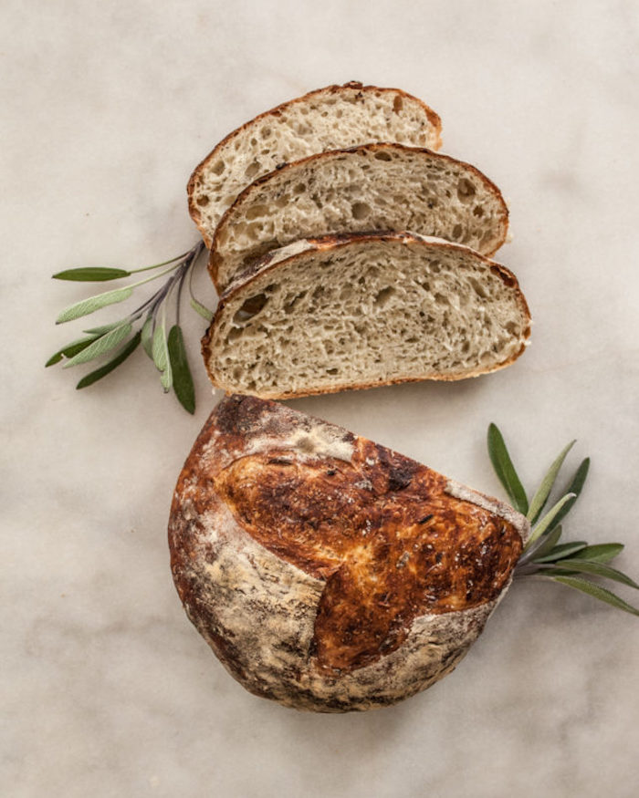 faire son pain chez soi, idee de pain maison avec farine de blé entier au romarin, pain de campagne original
