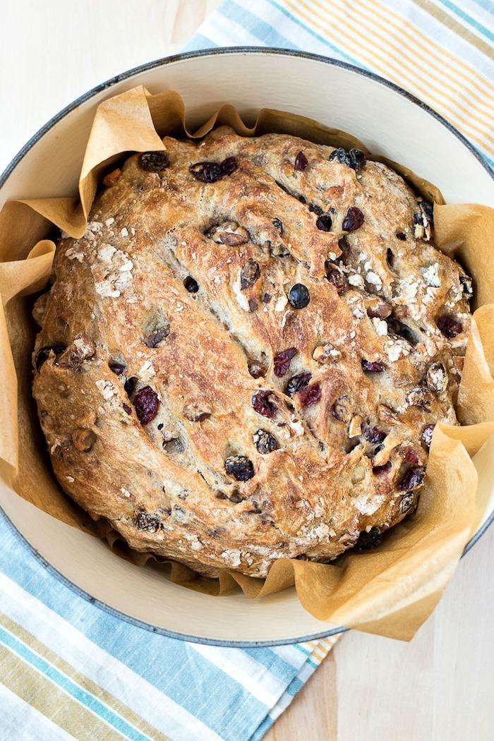 comment faire du pain dans une cocotte avec de la farine blanche, canneberges et noix ajoutées