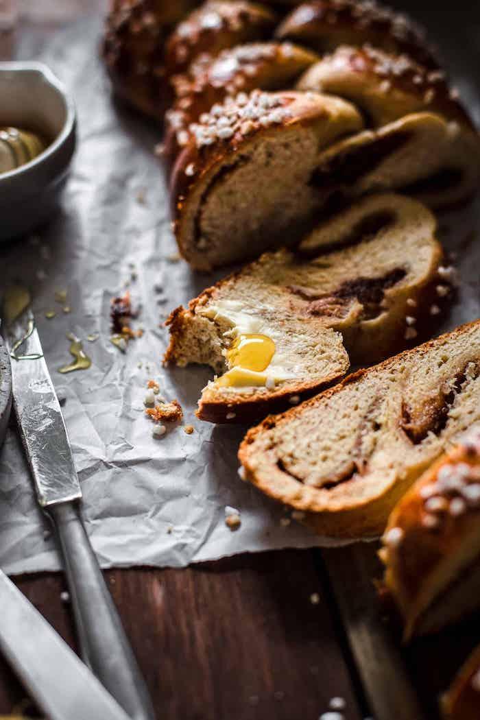 faire du pain maison simple, exemple de pate a pain briochée à la cannelle à déguster avec beurr et miel