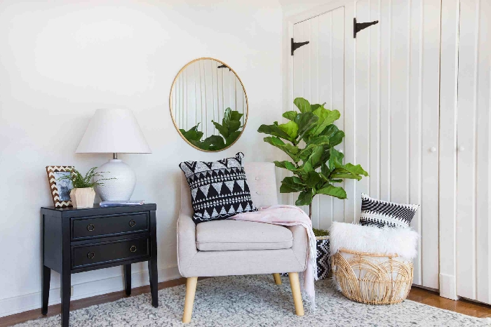 fauteuil tissu beige quelle couleur pour agrandir un couloir panier rangement blanc coussin décoratif noir et gris motifs géométriques