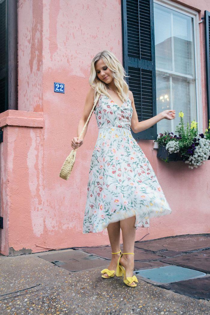 femme bien habillée vacances photo maison rose avecu beaux fenetres vase pleine de fleurs robe fleurie femme robe d été fleurie pour femme romantique associée aux sandales jaunes avec noeud papillon