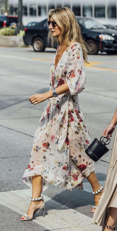 femme blonde bien habillée rsandales à talon robe longue fleurie mode d aujourd hui actualité du monde de la mode lunettes de soleil