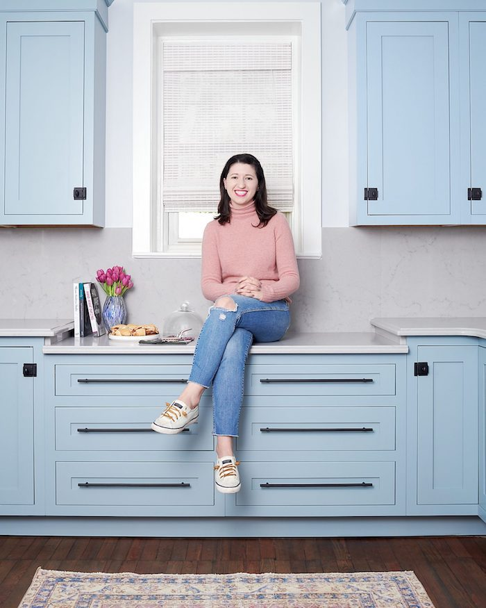 Femme assise sur la cuisine couleur qui vont ensemble, maison tendance déco idée peinture cuisine bleu claire