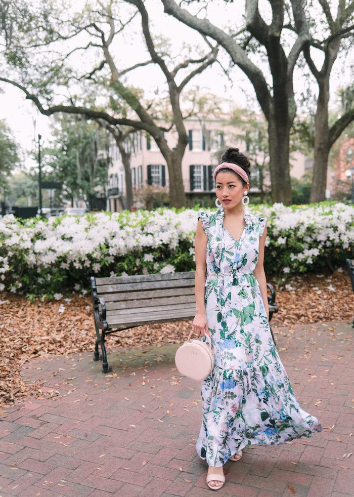 femme jolie promenade au jardin fleurie robe longue sac a main ronde rose pale associe aux sandales robe longue fluide inspiration tenue femme chic robe été fleurie