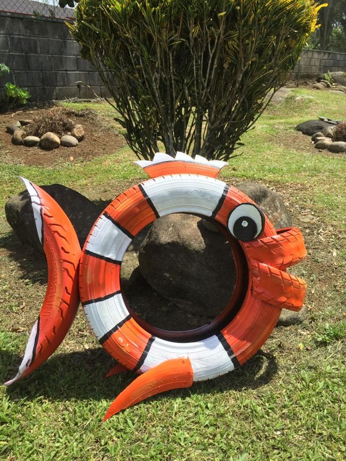 idée déco jardin originale à réaliser soi-même avec des objets recyclés, modèle de figurine en forme de poisson en pneu