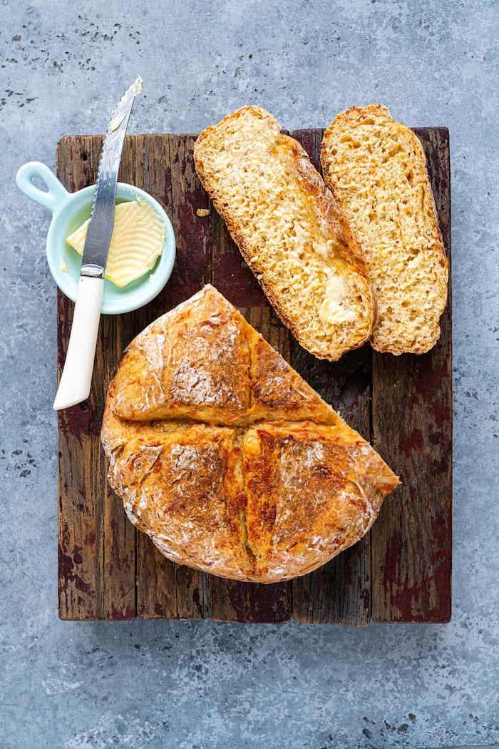 pain de campagne aux herbes et fromage, idee pour faire du pain maison pour le repas de midi