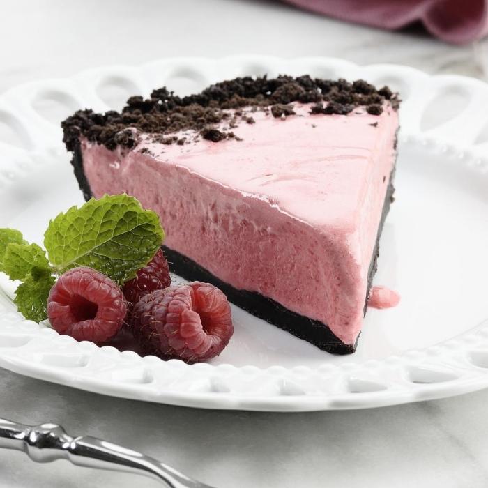 gâteau léger crème glacée yaourt et framboises pâte aux biscuits oréo concassés dessert facile et léger feuilles de menthe
