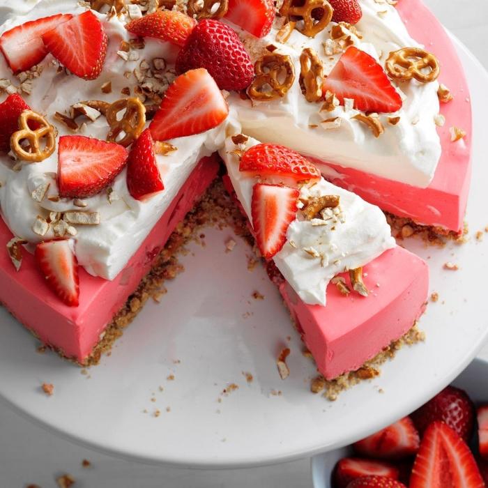 gateau d été recette originale gâteau au fromage recette cheescake aux fraises crème fouettée mousse fraises gélatine mascrapone bretzels