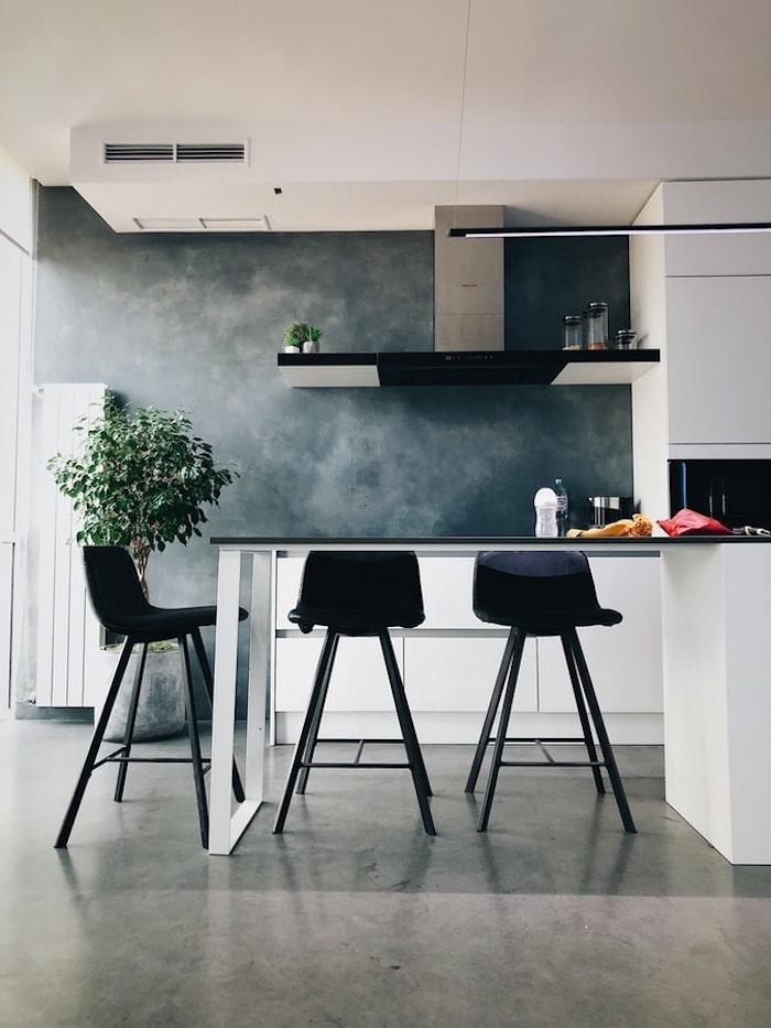 Peinture murale grise avec blanches pinces qui paressent à nuages, cuisine noir et blanc, couleur qui vont bien ensemble, couleur de peinture pour cuisine