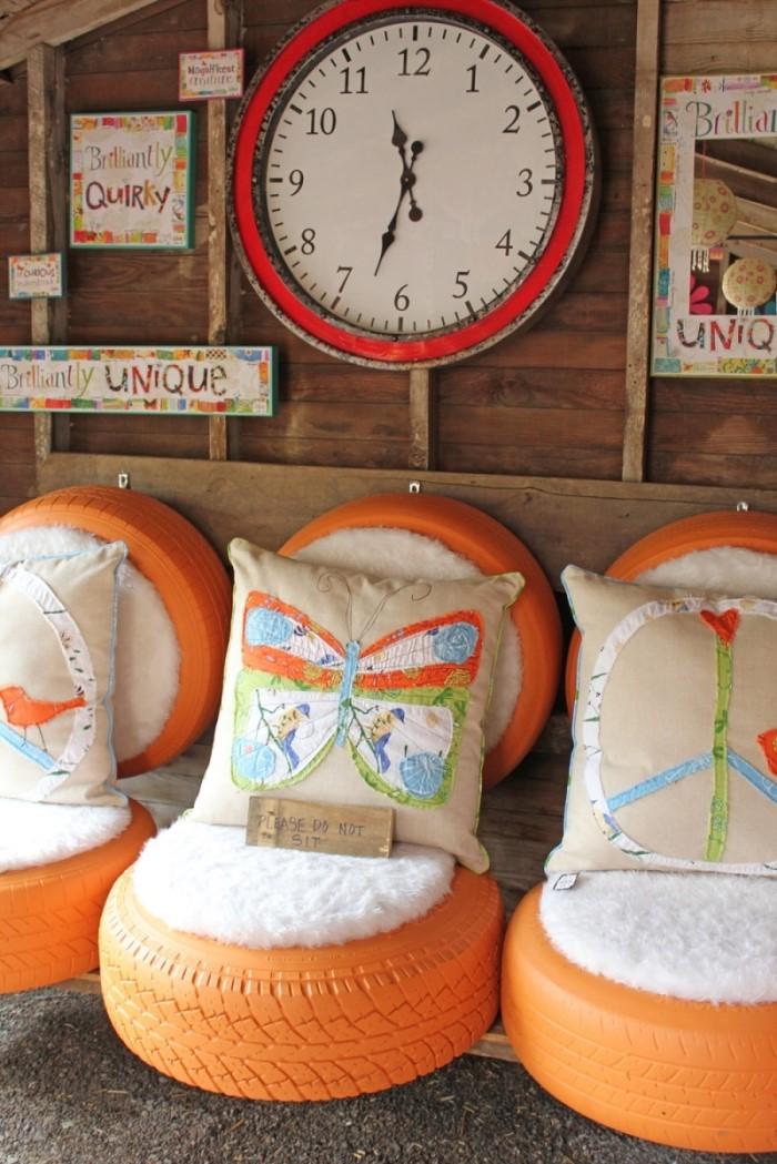 comment décorer son extérieur avec meubles originaux en matériaux de récupération, DIY assise en pneu usagé avec coussins