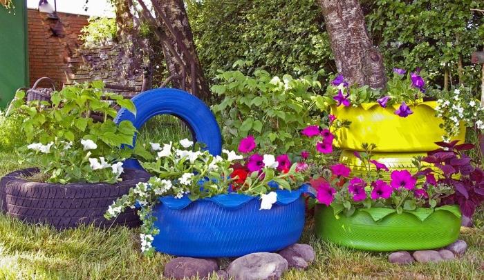que faire avec un pneu usagé, décoration extérieure avec objets recyclés, design petit jardin avec jardinières DIY en pneus