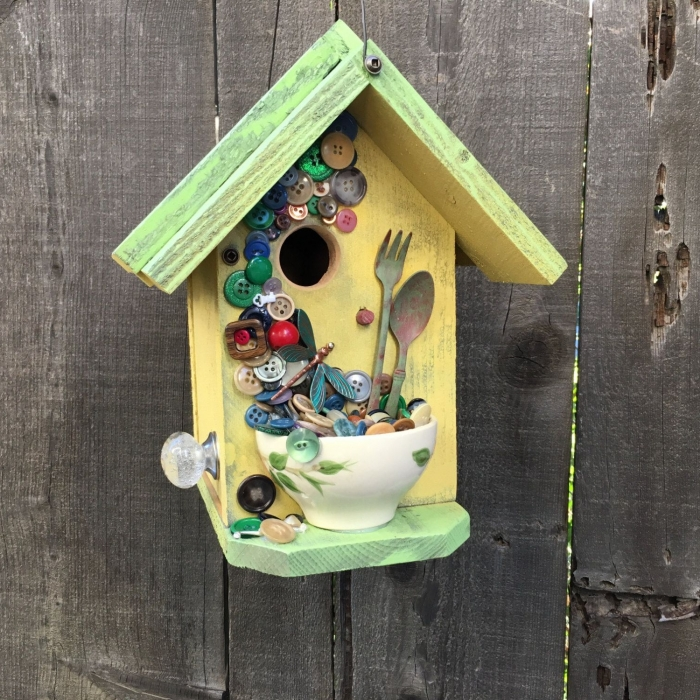 fabriquer une mangeoire pour oiseaux facile et économique, exemple comment personnaliser une petite maison pour oiseaux