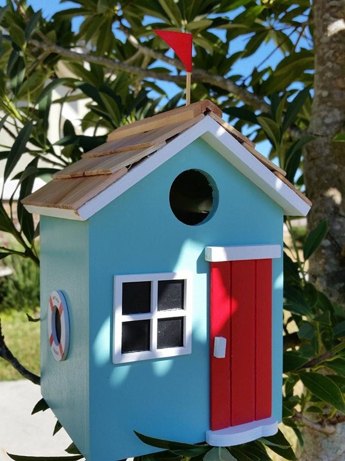 exemple comment décorer une cabane a oiseaux de façon originale avec peinture bleue et porte en bâtons de bois rouges
