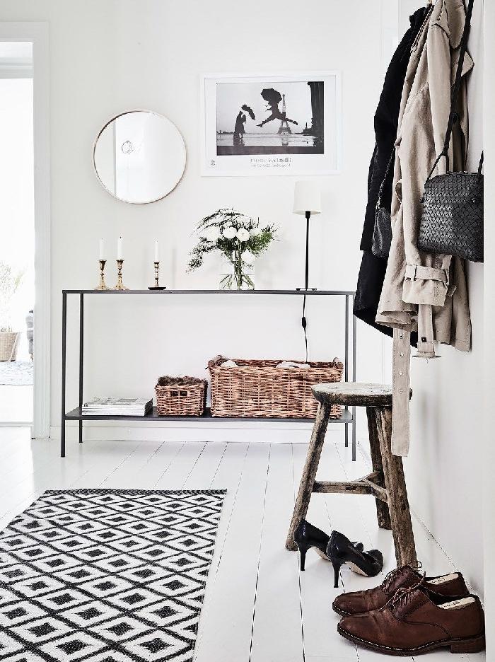 idée déco couloir tapis blanc et noir revêtement de sol parquet bois blanc meuble métal rangement miroir rond panier fibre naturelle