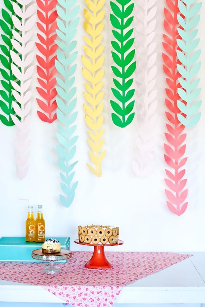 activité manuelle ado, exemple de décoration murale originale à faire soi-même avec feuilles de papier coloré en forme de feuilles