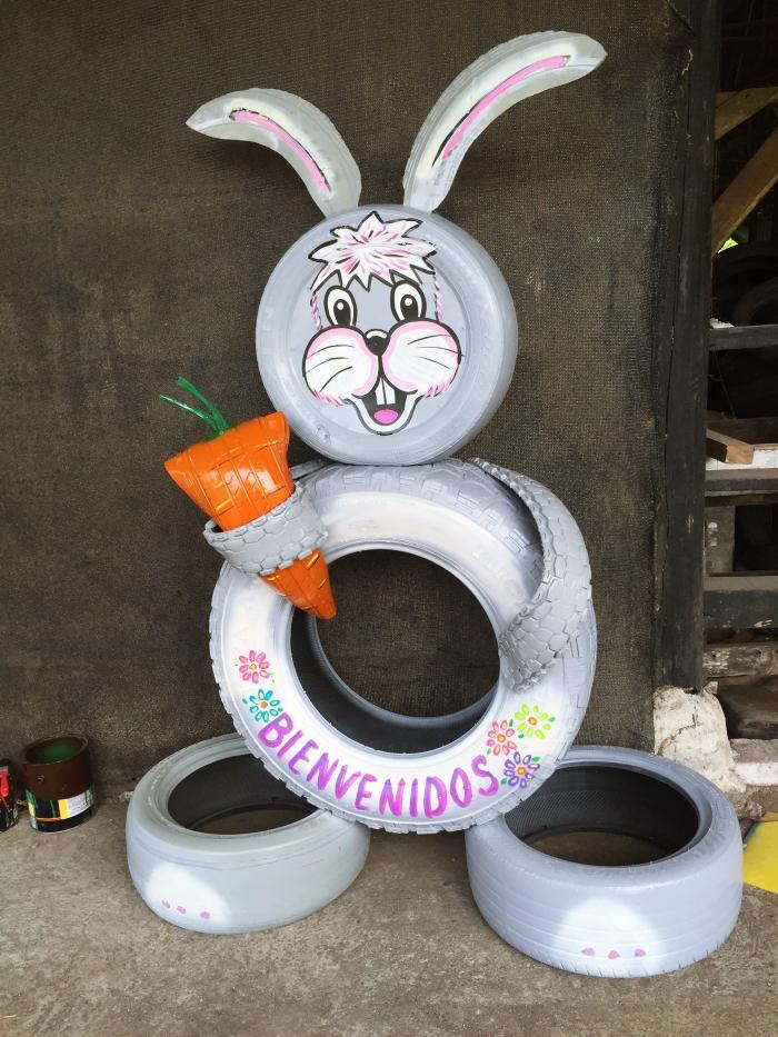 comment décorer son extérieurs avec matériaux de récupération, idée de diy deco recup facile, modèle de figurine de lapine en pneu