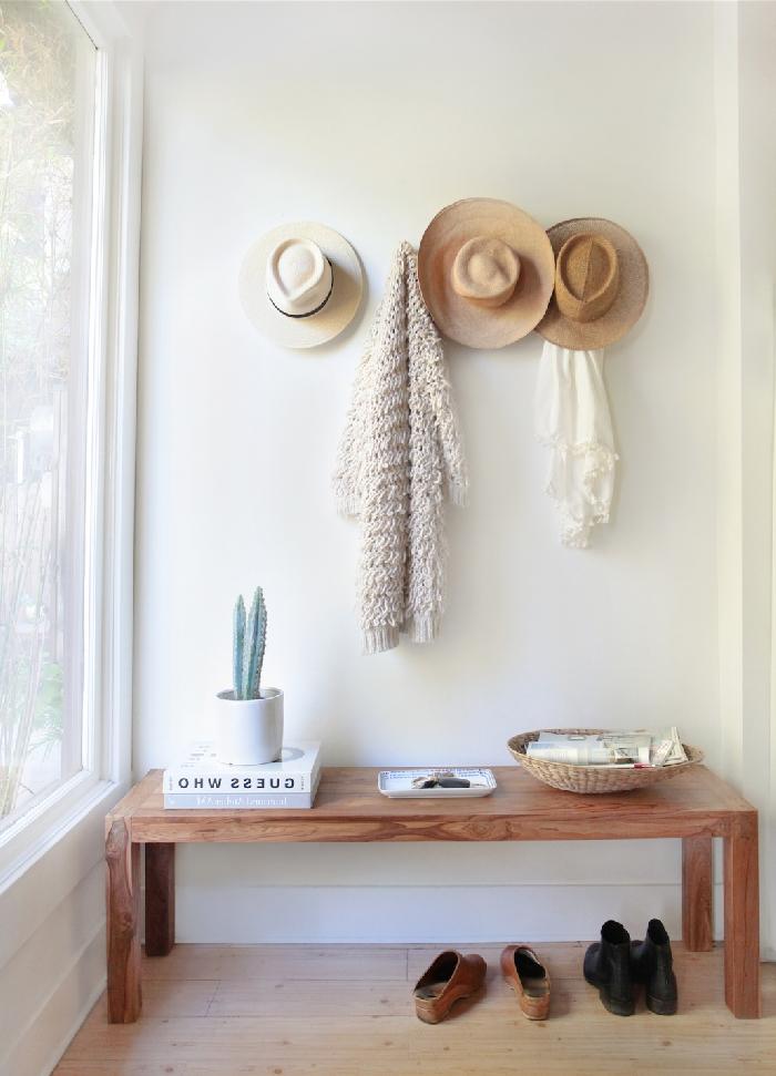 idée peinture couloir décoration style boho moderne minimaliste banquette bois livre cactus panier rotin chapeaux paille chaussures