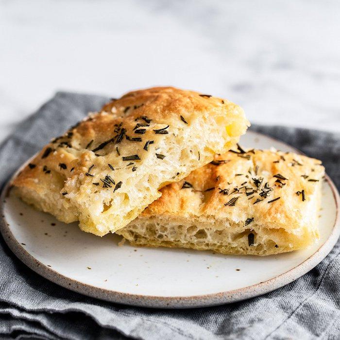 recette pour faire focaccia, pain italien simple à faire avec topping de romarin et du beurre
